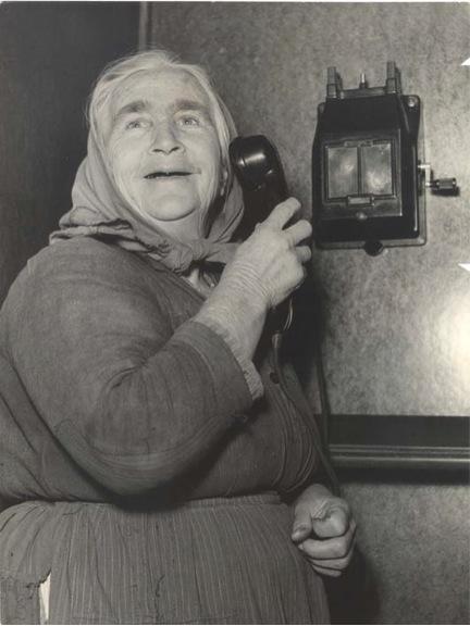 """Ivo Meldolesi, Vecchiette abruzzesi parlano per la prima volta al telefono, ca. 1950 (""""Gazzetta del Popolo"""" - Archivio Fotografico, cart. 76, busta 5212)."""